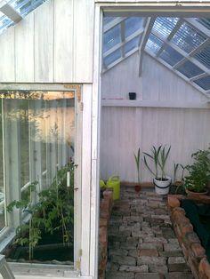 Vihreän veneen pihamaa: Kasvihuone Decor, Outdoor Decor, Home, Garage Doors, Summer House, Home Greenhouse, Doors