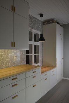 Lower counter because window. Kitchen Nook, Kitchen Dining, Kitchen Decor, Kitchen Cabinets, 50s Style Kitchens, Home Kitchens, Small Space Design, Cottage Interiors, Kitchen Styling
