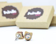 Boucle d'oreille chat en bois 2 couleurs et cabochon 8mm / | Etsy Cabochons, Place Cards, Cufflinks, Place Card Holders, Etsy, Accessories, Art, Feather, Ears