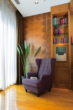 WILLIAM Ⅱ wingback lounge chair : 計算された背・座の角度と少しふくらんだ腹部が至福の掛け心地をもたらします。 ウイングは視線をさえぎるだけでなく、もたれかかるのにも最適です。 背のボタン締めと肘前の仕上げ木がほどよいクラシック感を演出します。