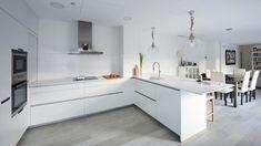 Cocina blanca en U amueblada con los diseños LINE-E y MINOS LINE-E Blanco Seff de Santos #cocinasmodernasabiertas