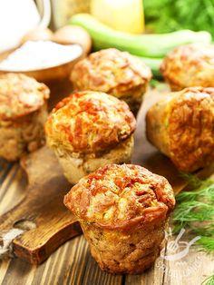 I Muffins con zucchine, Castelmagno e erbette sono una preparazione saporita, ideale da consumare come antipasto o come pasto da consumare fuori casa.