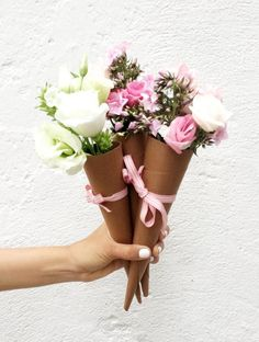 Such a cute way to package and present flower bouquets.