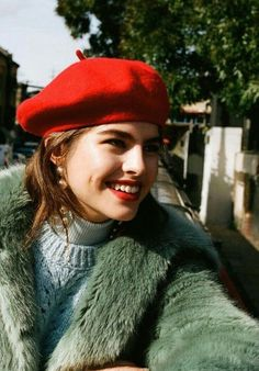 TheyAllHateUs Beret Rouge, Beret Outfit, French Hat, French Style, Style Parisienne, Mode Ootd, Fashion Outfits, Womens Fashion, Fashion Trends