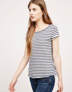 Camiseta BSK con bolsillo. Descubre ésta y muchas otras prendas en Bershka con nuevos productos cada semana