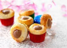Små konfektkapsler - Kransekagemasse fordeles i konfektforme. Lav en lille fordybning i toppen af massen med enden af en ske. Læs hele opskriften hos Odense Marcipan