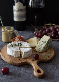 Wine Shop Industrial - Wine Drinks Boy - Wine Storage Homemade - - Sparkling Wine And Cheese - Etched Wine Glass Fromage Cheese, Charcuterie Cheese, Food Platters, Cheese Platters, Fondue Raclette, Wine Cheese, Aesthetic Food, Cheese Recipes, Wine Recipes