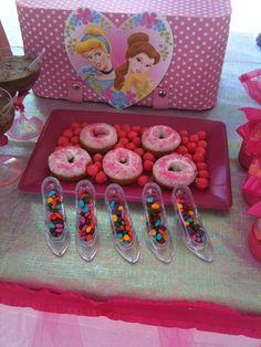 Princess party dessert table- mesa de postres para fiesta de princesas #fngnovelties