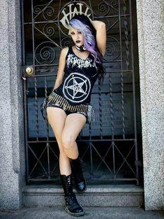 Black Metal girl, with punk influences Estilo Rock, Alternative Mode, Alternative Fashion, Goth Beauty, Dark Beauty, Dark Fashion, Gothic Fashion, Latex Fashion, Steampunk Fashion