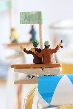 Oans, zwoa, g'suffa! Namensschilder für's Bier: mit den Mini-Figuren von NOCH kreativ liebevoll gestaltet zum Oktoberfest. Tolle Anregung zum Nachbasteln und Selbermachen. Kompletter Bastel-Tipp und Produkte gibt's auf www.noch-kreativ.de