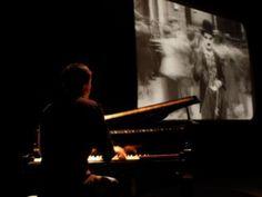 """O projeto """"CinePiano""""recebe o pianista Tony Berchmans, que improvisa a trilha sonora musical ao vivo de dois filmes."""