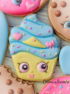 In this tutorial, I use royal icing to decorate sugar cookies. Unless otherwise noted, I use flood consistency icing for all applications. You can read more . Cookies For Kids, Fancy Cookies, Iced Cookies, Cute Cookies, Royal Icing Cookies, Sugar Cookies, Shopkins Cookies, Shopkins Cake, Cookies Decorados