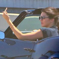 Kendall flipping people off is a whole mood - Dm if you're the photographer/ own any of these pictures Kendalll Jenner, Kardashian Jenner, Kendall Jenner Icons, Whats Wallpaper, Funny Photos Of People, Paparazzi Photos, Bad Girl Aesthetic, Grunge Style, Mood Pics