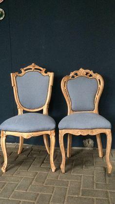 Blank hout voor deze klassieke stoelen met een mooie ijsblauwe bekleding.