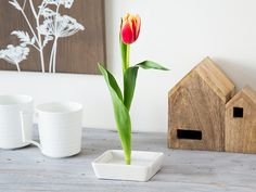 The Florida Vase gives the illusion of floating flowers—but it's no trick. Up to five stems stand upright in this vase that gives blooms a striking new way to stand out. A shallow ceramic base and an acrylic tray dotted with brass pins make up this out- Reclaimed Wood Picture Frames, Picture On Wood, Water Flowers, Fresh Flowers, Flower Vases, Flower Pots, Traditional Vases, Dinning Room Tables, Floating Flowers