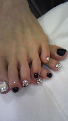 Pretty pedicure: alternating Chrome and Black polish on each toenail. This is cool!