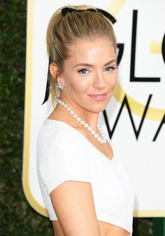 A few Hollywood It girls were on the same page at last night's Golden Globe Awards. See the cheap accessory they had in common here.