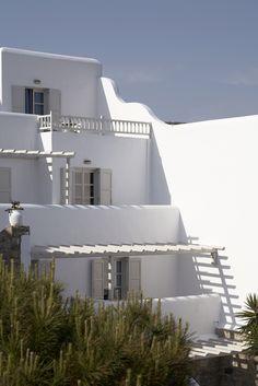 Greek hotel Palladium, Mykonos Architecture Life, Mediterranean Architecture, Beautiful Architecture, Santorini House, Greece Hotels, Greek House, Tiny House Design, Facade House, Future House