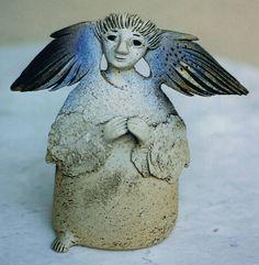 Engelskulpturen aus Ton von Shoshana Kneubühl