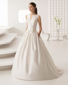 Vestido de novia estilo clásico en tamis con escote barco con abertura en V y espalda cerrada. Colección 2018 Rosa Clará.