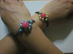 Decorate tu misma: Videotutorial de pulseras con flores de abalorios y tejidas en macramé.