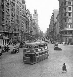 Gran Via Madrid, Spain. (Via)Love-Spain(via laura-b-fernandez) Madrid Hotels, Old Pictures, Old Photos, Foto Madrid, Spain And Portugal, Historical Photos, London England, Barcelona, Travel