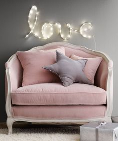 Shabby chic pink sofa ideas to brighten up your living room 37 Rosa Shabby Chic, Rosa Sofa, Deco Rose, Pink Sofa, Pink Settee, Pink Velvet Chair, Velvet Couch, Pink Chairs, Kids Room Design