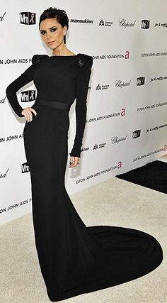 Victoria Beckham arrives at the Annual Elton John AIDS Foundation Oscar party held at the Pacific Design Center on February 2009 in West Hollywood, California. David Et Victoria Beckham, Style Victoria Beckham, Victoria Beckham Fashion, British Fashion Awards, Spice Girls, Black Evening Dresses, Sienna Miller, Black Long Sleeve Dress, Mannequins