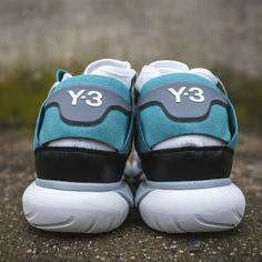 Charakterystyczne trzy paski, współprace ze znanymi osobistościami ze świata show biznesu, tysiące genialnych projektów i jeden rodzinny dramat – wszystkie te składowe stworzyły kolosa w dziedzinie obuwia, odzieży i akcesoriów sportowych. Czym odznaczają się produkty adidasa i dlaczego tak chętnie po nie sięgamy. O dwóch braciach, którzy skradli świat butów sportowych Marka adidas ma jedną z najdłuższych historii na rynku. Zaczyna się ona już w 1924 roku, kiedy swoją fabrykę obuwniczą…