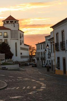 A tipica rua da cidade alentejana de Évora com a sua arquitetura e as suas casas brancas.