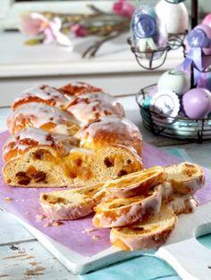 Geflochtene Hefezöpfe sind ganz besonders schöne Köstlichkeiten. Und weil Ostern ein ganz besonderes Fest ist, zeigen wir Ihnen, wie Sie einen österlichen Hefezopf flechten.