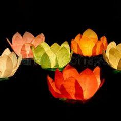 Lanterne Galleggianti.  Disponibili in 6 colori assortiti.  Ordine minimo 6 pezzi e multipli di 2.  Misure 29 cm diametro.
