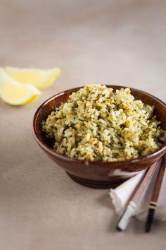 Pinaatilla ja sipulla maustettu riisi on maukas lisäke ruualle kuin ruualle. Vegetarian Recipes, Grains, Rice, Koti, Laughter, Jim Rice, Vegetable Dip Recipes, Vegan Recipes