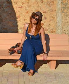 Vestido azul marino largo y complementos en tonos tierra