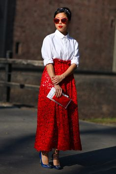 Roxanne, Milan --love the very short shirt dress under the long, lace conservative cut skirt. Types Of Skirts, Red Skirts, Long Pink Skirt, Street Peeper, Short Shirt Dress, Ladylike Style, St Style, Short Shirts, Look Fashion