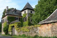 Brive Maison de maître du XVIIIème Aux frontières de la Corrèze et du Lot, à 15 minutes de Brive, cette maison de maître fin XVIIIème tient à la fois du petit manoir et de la grande maison de famille. 525.000 € Réf.:BR210528  - See more at: http://www.pleinsudimmo.fr/fr/annonces-immobilieres/offre/ville/bien/1100503/1100503.html#sthash.8vbJSQYo.dpuf