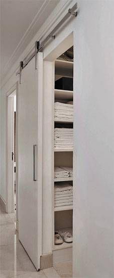 Ao abrir, uma porta comum ocupa cerca de 80 cm dentro de um ambiente. Caso de...