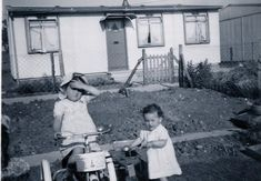 Two little girls, one on a bike, in front of a prefab on the Harold Hill estate Liverpool History, London History, Local History, British History, Prefab Buildings, Prefabricated Houses, Prefab Homes, Old London, East London