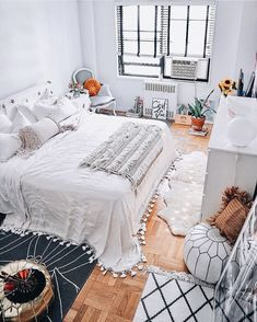 Having weaved all through style throughout the years, white interior seeing resurgence in prevalence afresh and is the ideal piece in the event that you need to play with scale and add height to a room that has low seating capacity. The highlights include Dream Rooms, Dream Bedroom, Home Bedroom, Bedroom Decor, Bedrooms, Bedroom Ideas, Design Bedroom, Teen Bedroom, Bedroom Inspo