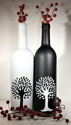 crafts black Black and white trees hand painted on wine bottles reflect the beauty and simplicity of nature. Wine Bottle Art, Glass Bottle Crafts, Diy Bottle, Bottle Lamps, Black And White Tree, White Trees, Painted Glass Bottles, Decorated Bottles, Glass Painting Designs