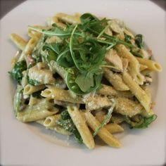 Penne met kip in groene pesto - Eenvoudig eten Penne Pasta, Macaroni, Foodies, Om, Pizza, Meat, Chicken, Drinks, Mushroom