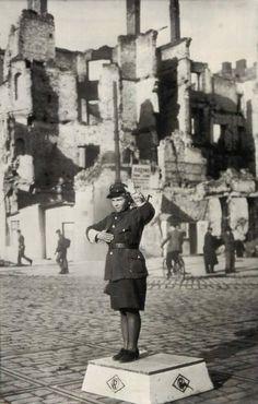 1945 r. Narożnik Marszałkowskiej 100 i Alej Jerozolimskich 36. Źródło: fotopolska.eu Warsaw Poland, Old Street, Krakow, Old Photos, City Photo, Nostalgia, Politics, Lost, Polish