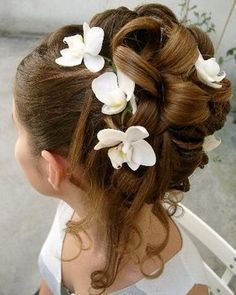 Inspiration avec des orchidées pour un joli chignon de mariée