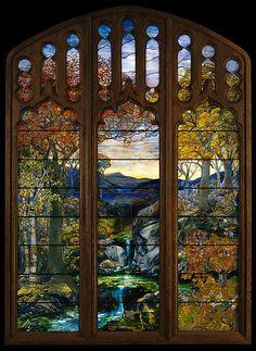 """Autumn Landscape, Paisaje de Otoño. Vidriera diseñada probablemente  por Agnes F. Northrop y  hecha en Tiffany Studios entre 1923 y 1924. Mide 3.35 x 2.59 m y esta hecha con """"favrile glass"""" emplomado.  El encargo de un particular se cancelo despues de que este muriese, y el MET (Metropolitan Museum of Art) se hizo con esta preciosa vidriera.  Desde entonces esta alli y  actualmente se puede ver en el Charles Engelhard Court, en el Ala Americana de este museo   de la 5 Avenida de Nueva York"""