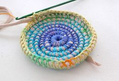 How to make the basket - Crochet Basics, Knit Or Crochet, Crochet Crafts, Crochet Projects, Crochet Basket Pattern, Crochet Patterns, Rag Rug Tutorial, Fabric Bowls, Rope Crafts