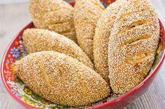 Türkische Sesambrötchen mit Sucuk-Käsefüllung - Peynirli Sucuklu Simit Pogaca                                                                                                                                                                                 Mehr
