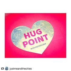 #Repost @justmeandthecities with #chiostrolove E chi non ha bisogno di un abbraccio?!? Hugs e kisses in tutte le loro sfaccettature e rivisitazioni sn i protagonisti della nuova mostra #LOVE a #ROMA al @chiostrodelbramante_roma . Ci sn almeno 4 MOTIVI PER NON PERDERVELA. Ve li svelo oggi sul blog (link in bio). #newpost #blog #blogger #rome #justmeandrome