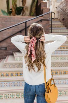 Trying to figure out how to wear those trendy bandana scarves? I've got you covered, with ideas for your neck, your hair, or even your handbag! Hair bandana and round bag Look Fashion, Spring Fashion, Fashion Beauty, Ootd Spring, Spring Outfits, Scarf Hairstyles, Bandana Hairstyles For Long Hair, Easy Summer Hairstyles, Hairstyle Ideas