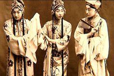 崑曲 -《西廂記·佳期》                       程硯秋飾鶯鶯, 梅蘭芳飾红娘, 尚小雲飾張生。