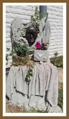Stoffbahnen getränkt und über einen Stuhl drapiert, Maske gegossen und dann bepflanzt Inspiration aus dem Netz Garden Sculpture, Outdoor Decor, Inspiration, Home Decor, Photos, Mesh, Chair, Masks, Tutorials